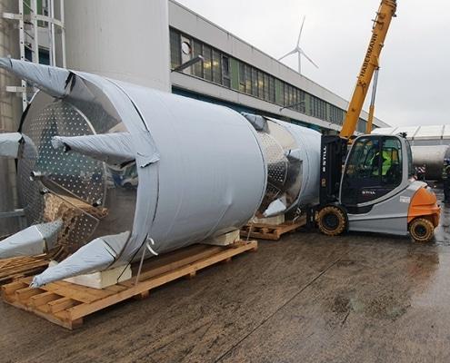 Anlieferung der neuen Edelstahltanks für Halle 11