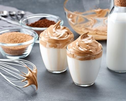 Dalgona Kaffee aus löslichem Kaffeepulver gefertigt in Sprüchtrocknung