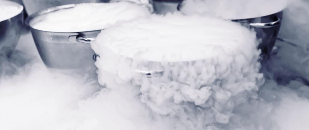 Flüssiger Stickstoff kühlt das Mahlgut vor der kryogenen Vermahlung bei Ebbecke Verfahrenstechnik